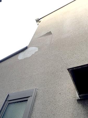 皮が剥がれた外壁の写真