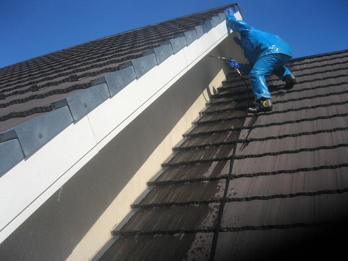 屋根と屋根の狭い壁部分の洗浄写真