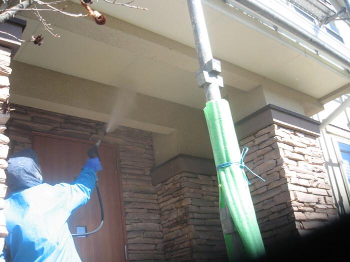 玄関先の軒裏や天井部分の洗浄写真