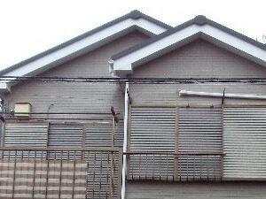 「グレーから淡いオレンジ色に塗り替えて明るい印象に(神奈川県厚木市)」のBefore写真