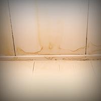 雨漏りしている天井の写真