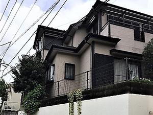 「単色塗り替えで印象アップ!雨樋や屋根も塗装し新築のような外観に (神奈川県厚木市)」のBefore写真