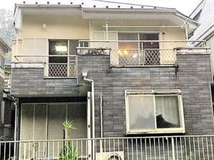 「明るい色への塗り替えも問題なし!外壁全体をベージュに仕上げ(神奈川県綾瀬市)」のBefore写真