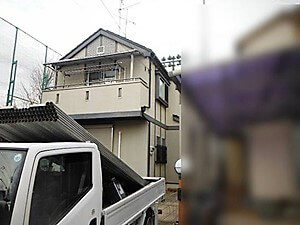 「細かな凹凸のある外壁や太陽光発電搭載屋根の塗装(神奈川県逗子市)」のBefore写真