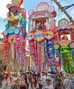 豪華な七夕飾りのパレードや著名人のトークショー、郷土料理のブースや地元サークルのダンスなど、多種多様なイベントが盛りだくさん。