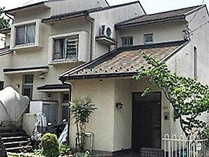 「黒ずみのひどい外壁が塗装で生まれ変わった事例(神奈川県座間市)」のBefore写真