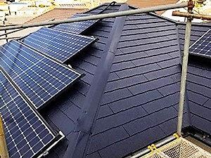 「ひび割れていたスレートを補修!太陽光パネルのある屋根の塗装(東京都大田区)」のAfter写真