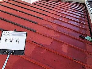 「黒ずんでいた下屋根を塗り替えてピカピカに変身(神奈川県南足柄市)」のBefore写真