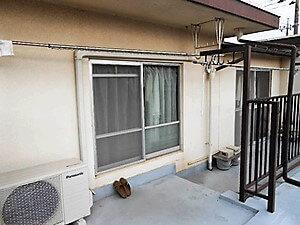 「モルタルの3世帯住宅を外壁・屋根同時塗装した事例(神奈川県平塚市)」のBefore写真
