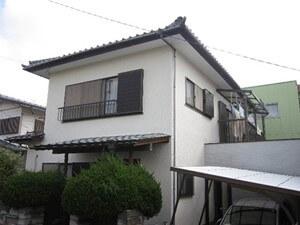 「コケの生えたモルタル外壁が塗装で美しく変身した事例(神奈川県逗子市)」のBefore写真
