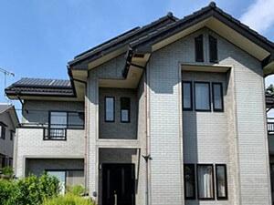 「タイル調のサイディング外壁を近代的な黒い塗料で塗り替え(東京都町田市)」のBefore写真
