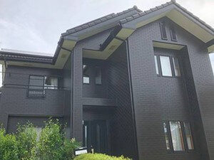 「タイル調のサイディング外壁を近代的な黒い塗料で塗り替え(東京都町田市)」のAfter写真