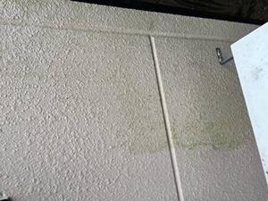 「コケの生えたALC外壁を塗り替え!コーキングで欠損補修した事例(東京都町田市)」のBefore写真