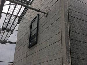 「黒ずみと色あせの発生していた住宅を外壁塗装!美しい白色の外壁へ変身(神奈川県厚木市)」のBefore写真