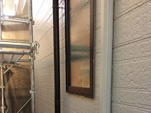 「黒ずみと色あせの発生していた住宅を外壁塗装!美しい白色の外壁へ変身(神奈川県厚木市)」のAfter写真