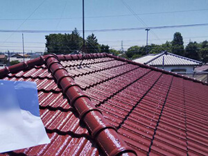 「スレート瓦をシリコン塗料で塗り替え!鮮やかな赤に生まれ変わった事例(神奈川県座間市)」のAfter写真