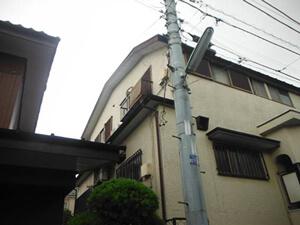 「黒ずみと変色(黄ばみ)が深刻な洋風住宅を外壁塗装でメンテナンス(神奈川県逗子市)」のBefore写真