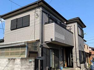 「経年劣化で色あせた外壁をライトグレーに塗り替え!美観が復活した事例(東京都町田市)」のBefore写真