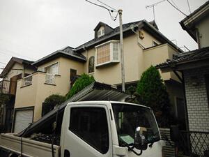 「洋風住宅のモルタル外壁を塗り替え!コーキングは増し打ち補修した事例(神奈川県南足柄市)」のBefore写真
