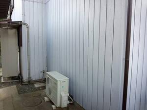 「チョーキング現象が発生しているトタン外壁を外壁塗装した事例(東京都町田市)」のBefore写真