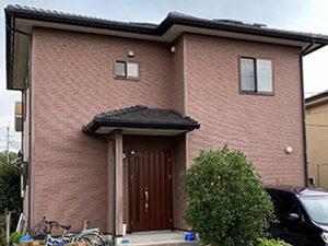 「赤茶色の洋風住宅を外壁塗装!白くて清潔感のある住宅に変身した事例(神奈川県南足柄市)」のBefore写真