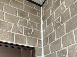 「石造り風のサイディング外壁を塗装工事!コーキングも補修した事例(神奈川県逗子市)」のBefore写真
