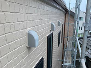 「石造り風のサイディング外壁を塗装工事!コーキングも補修した事例(神奈川県逗子市)」のAfter写真