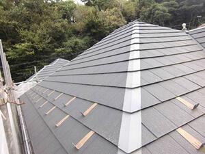 「コケが生えるほど塗膜が劣化した屋根を美しく塗り替え(神奈川県海老名市)」のBefore写真