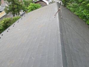 「色あせたスレート屋根を塗装工事!ひび割れ補修も実施した事例(東京都町田市)」のBefore写真