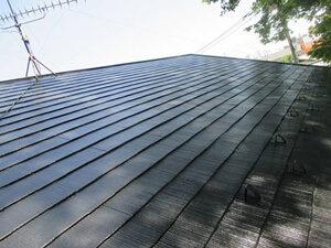 「色あせたスレート屋根を塗装工事!ひび割れ補修も実施した事例(東京都町田市)」のAfter写真