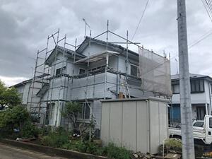 「白い洋風住宅を黒い外壁に塗り替え工事!雰囲気を一新した施工事例(東京都八王子市)」のBefore写真