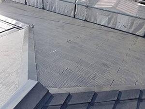 「色あせの起きている屋根を塗装メンテナンス!ピカピカに変身した事例(神奈川県座間市)」のBefore写真