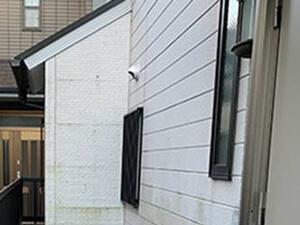 「コケの生えた築15年の住宅を外壁塗装!見た目を一新してピカピカに(東京都稲城市)」のBefore写真