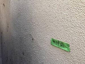 「泥で汚れた外壁をピカピカに塗り替え!付帯部分も塗装したK様邸(東京都町田市)」のBefore写真