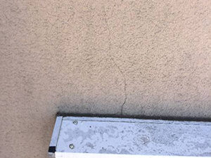 「ひび割れたモルタル外壁を塗装工事!ピカピカに変身した事例(東京都八王子市)」のBefore写真