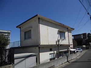 「広範囲に汚れが広がるモルタル外壁を塗装!清潔感を取り戻した事例(神奈川県三浦市)」のBefore写真