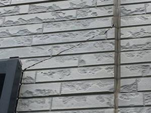 「ひび割れたサイディングを補修して再塗装!ピカピカに変身したF様邸(東京都福生市)」のBefore写真