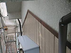 「トタンとモルタルの住宅を、外壁塗装でピカピカに変身させた事例(東京都調布市)」のBefore写真