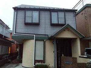 「1階と2階を違う色で外壁塗装!おしゃれ度が高まったT様邸の事例(東京都武蔵村山市)」のBefore写真