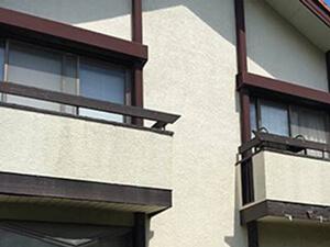 「クラックが発生したモルタル外壁が塗装工事でピカピカになった事例(千葉県市川市)」のBefore写真