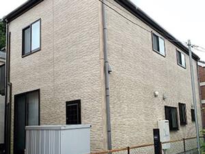 「コケが生えていた外壁を爽やかなオフホワイトに塗装したH様邸(千葉県松戸市)」のBefore写真