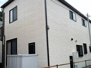 「コケが生えていた外壁を爽やかなオフホワイトに塗装したH様邸(千葉県松戸市)」のAfter写真