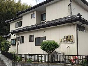 「劣化してコケが生えてきたH様邸を、外壁塗装でピカピカに塗り替え(神奈川県横浜市)」のBefore写真