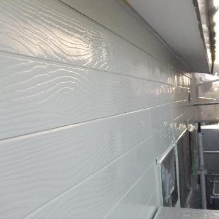 木目調のサイディング外壁とトタン屋根をまとめて塗装したS様邸