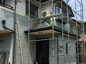 「ブルーの塗料を用いて爽やかな仕上がりに!築12年のサイディング外壁(神奈川県横浜市)」のBefore写真