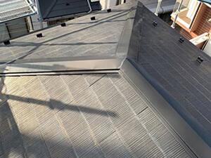 「色あせや汚れが目立つスレート屋根の重ね葺き工事をした施工事例(神奈川県川崎市)」のBefore写真