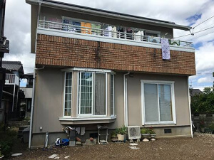 「黒ずみ汚れの目立つモルタル外壁をピカピカに外壁塗装したM様邸(神奈川県座間市)」のBefore写真