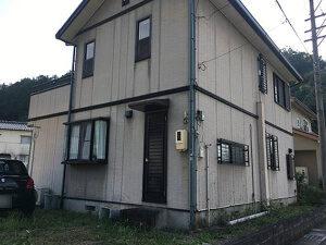 「雨だれ汚れが気になる外壁を塗装。まるで新築のような仕上がりに(神奈川県大和市)」のBefore写真