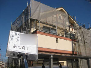 「黒ずみの生じたモルタル外壁を塗装!さっぱりキレイに見違えました!(東京都八王子市)」のBefore写真