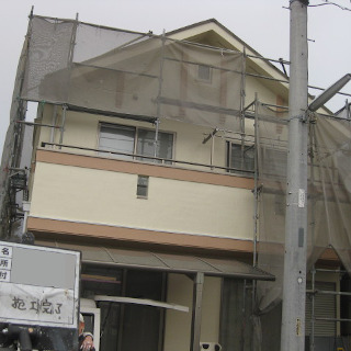 黒ずみの生じたモルタル外壁を塗装!さっぱりキレイに見違えました!(東京都八王子市)